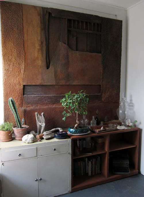 The guest room also has its own tiny garden and library, featuring a huge painting by artist Thomas Nonn, who is represented by the Kouros Gallery. The library includes a number of guidebooks on NYC to help you plan your day.