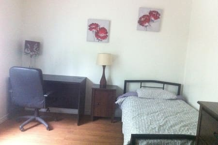 Room w toilet shared shower 305 - Longueuil - Ubytovna