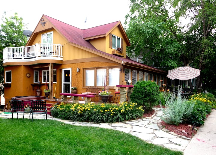 Cozy Excelsior Cottage w Lake Views