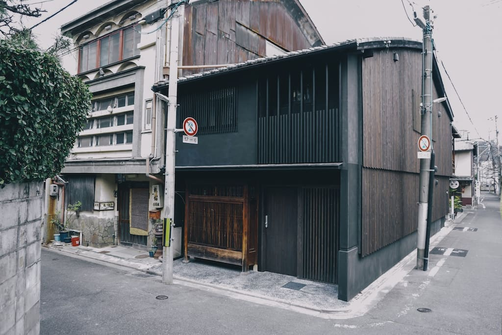 The house has yakisugi (burned wood) on the side facade and beautiful black ink was used on the front facade.