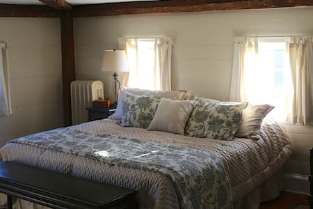 2 Room Suite w/King Bed & Liv Room - Newburyport