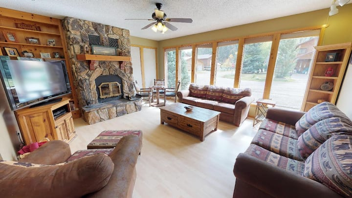 Streamside Retreat - 3 bedrooms, in town, WIFI, on the river, Pet friendly