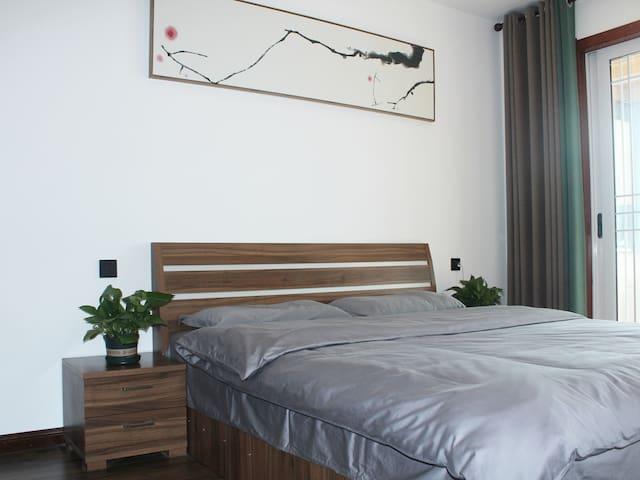 主卧室2 米*1.8米床。铺席梦思床垫。