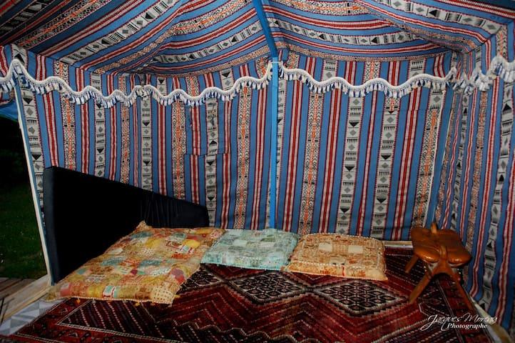 Intérieur de la grande tente