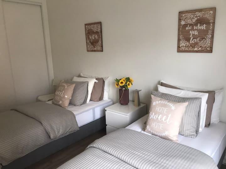 Calm & Modern twin room with a balcony