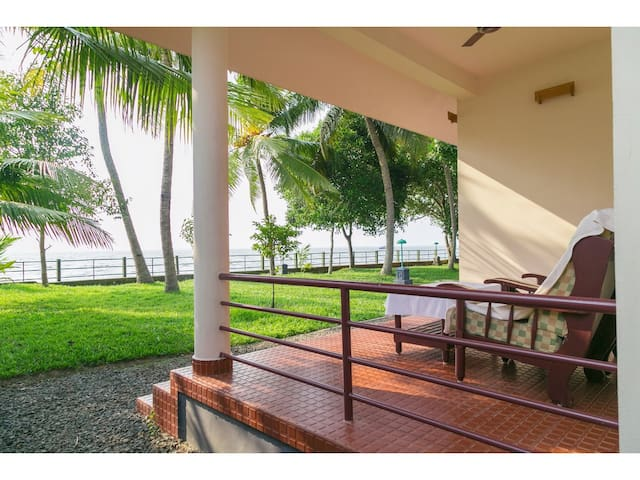 Lakeside AC Cottage,Kumarakom,Kerala,For 2 Persons - Kumarakom - Villa