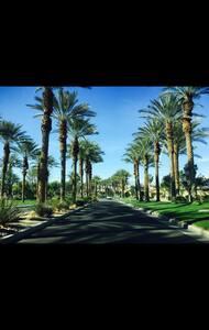 Quiet private room & bath in Palm Desert