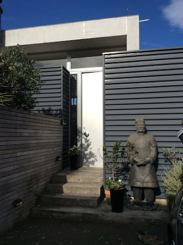 stunning contemporary town house, close to buses.