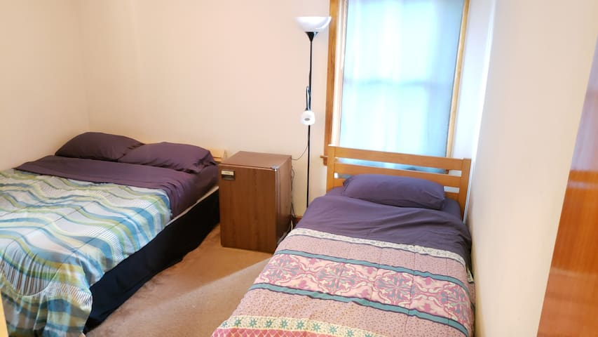 02a. Full bed in Coed room - 3 mi to NWU
