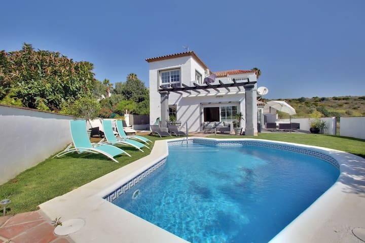 Modern 4 BR villa with private pool and seaviews - Estepona - House