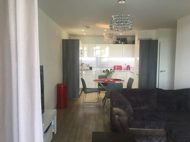 Modern double room apartment |10 mins from the 02|