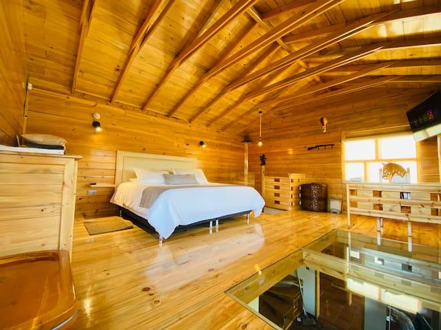 Cálida y acogedora habitación, vidrio en piso de alcoba donde podrás caminar sin problema