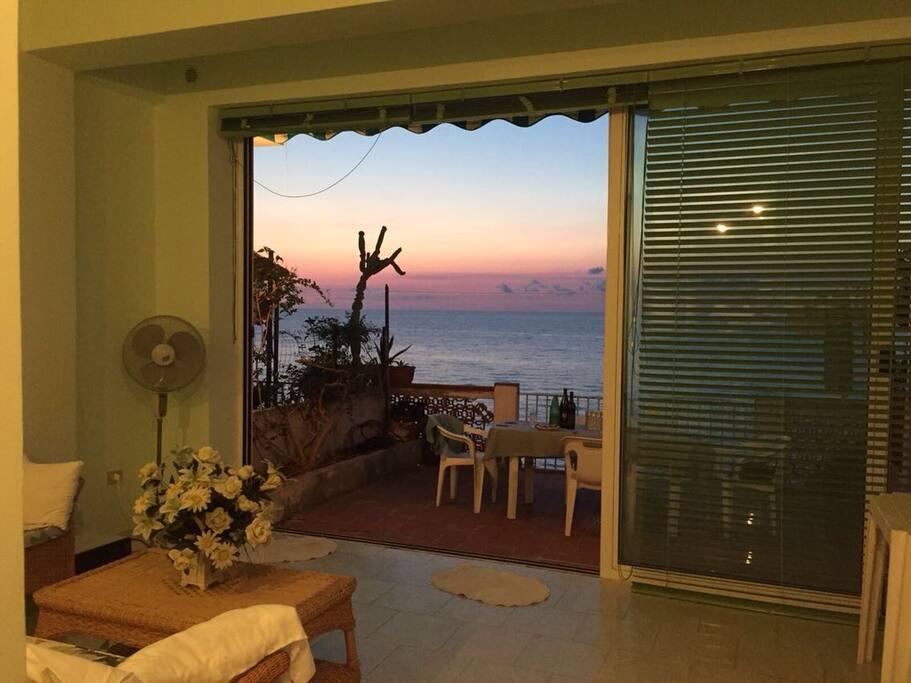 La bellissima vetrata consente di vedere il mare e non perdere l'esperienza di pranzare in spiaggia anche nelle ore più tarde