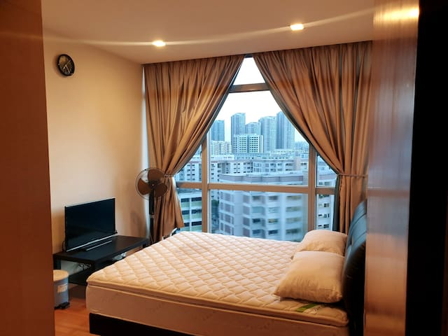 LOCKDOWN Short Stay with Bathtub + Queen Bed