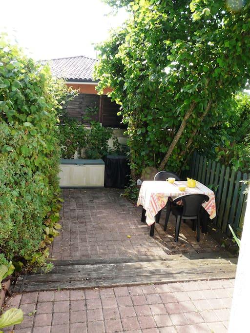 terrasse privative sous le noisetier