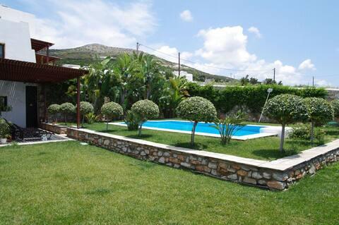 casa familiar com piscina e perto de pipa