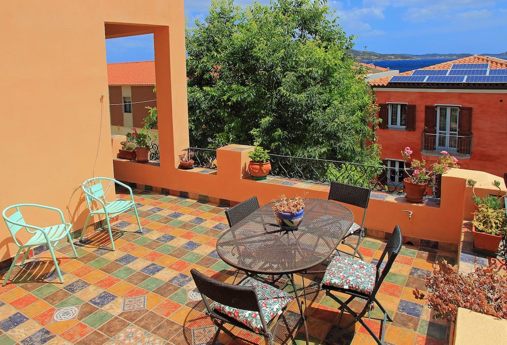 Terrazza 30 mq per bagni di sole, colazioni e cene all'aria aperta. 30 sq mt Terrace, ideal for sunbaths, breakfast, dinners or just reading a book.