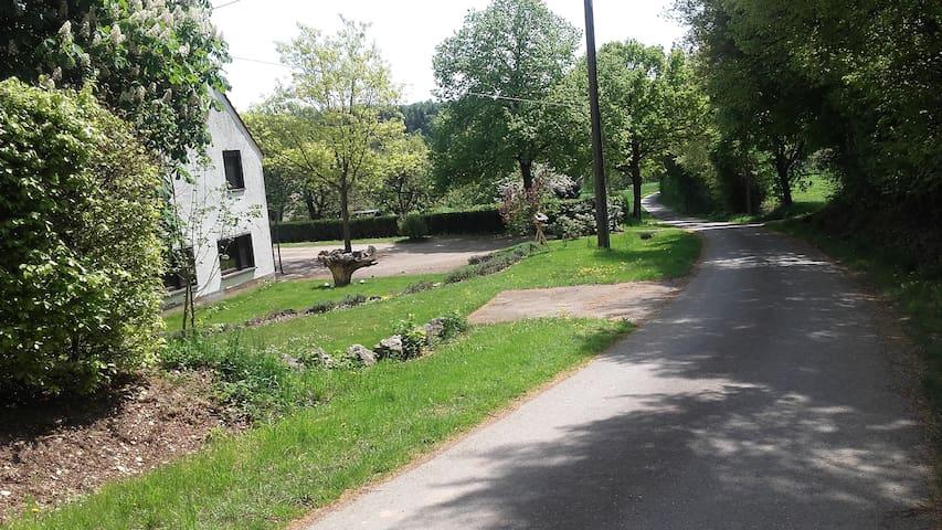 Unser Haus liegt ruhig an einer Nebenstraße, die lediglich von Anliegern genutzt wird.
