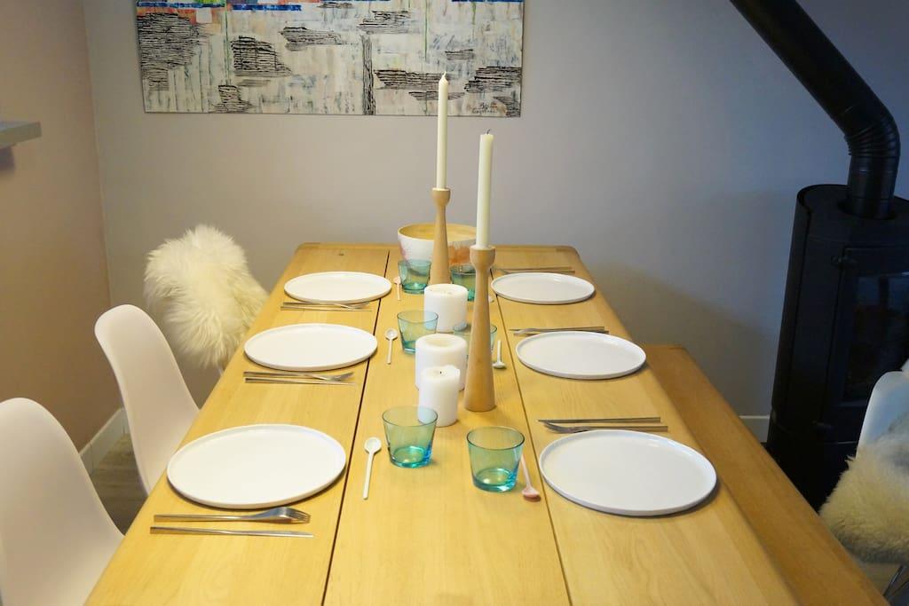 Grande table de salle à manger pouvant recevoir jusque 10 personnes