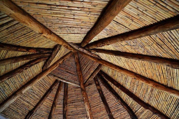 Il tetto della camera pinnettu ha un telaio d'alberi resistenti e la copertura esterna in frasche, proprio come un tempo!