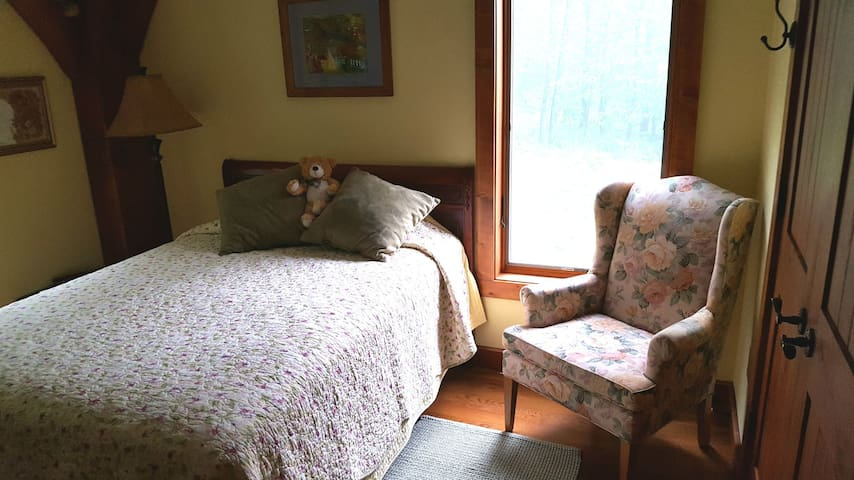 Summertime light and bright Goldie Heirroom with double bed.