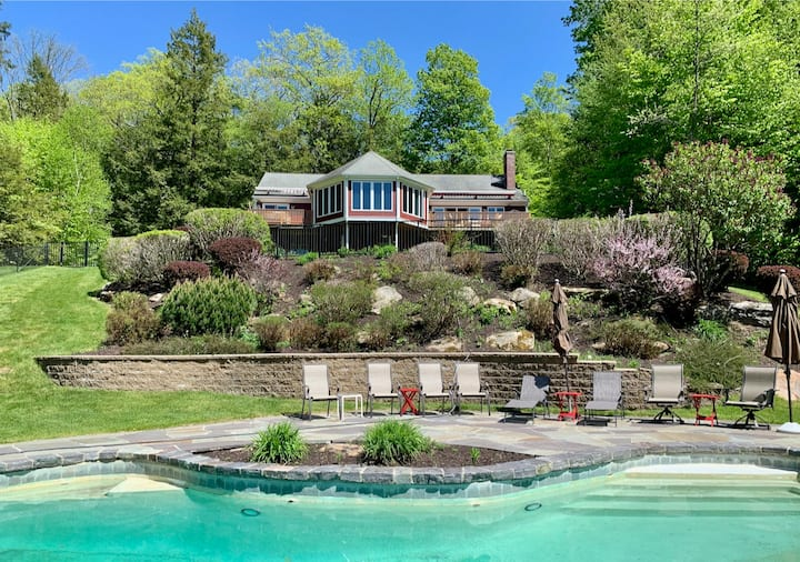 Exquisite private home w/ gorgeous mountain views, heated pool + hot tub!