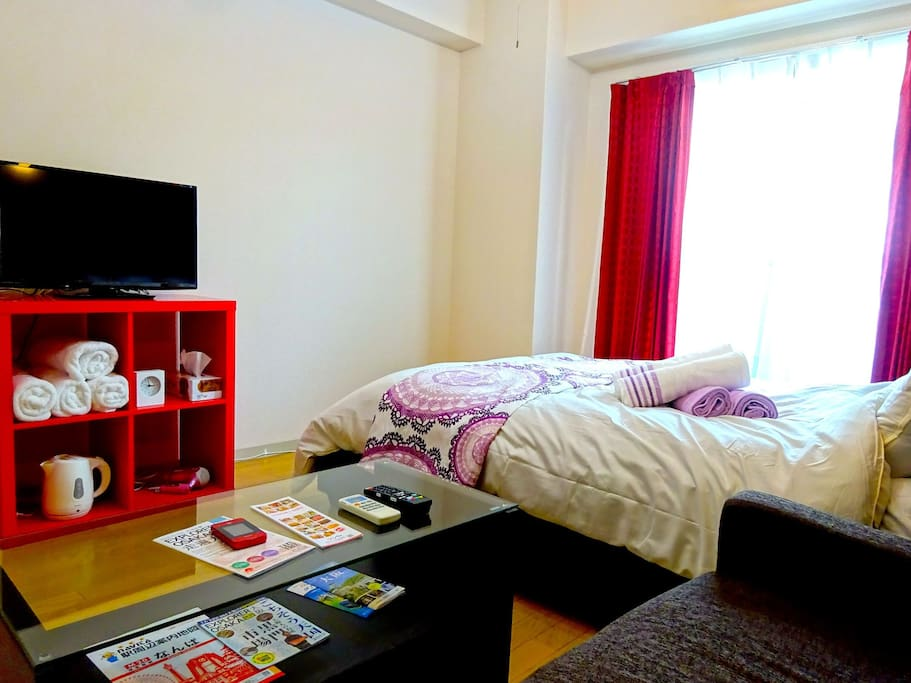 Comfortable doubGreat convenience, Just 30 min to USJ, 5 min walk to Osaka Namba JR station and OCAT(Osaka City Air Terminal), near by shopping mall, convenience stores, restaurants and electronics stores. Entire home for you, Double Beds and Bed for 4, F