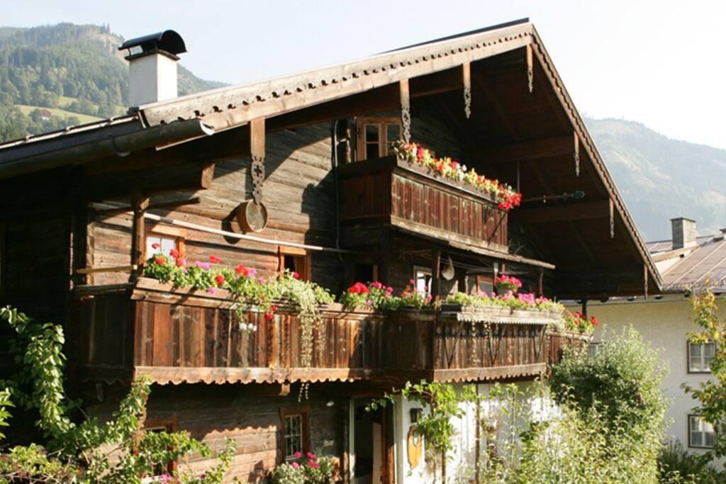 Das Original Pinzgauer Bauernhaus stammt aus dem 15. Jhr.