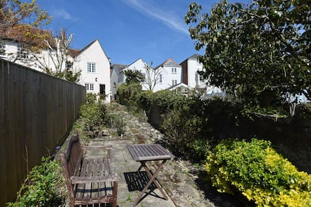 Charming three bed cottage in Cowes with parking - Cowes - House