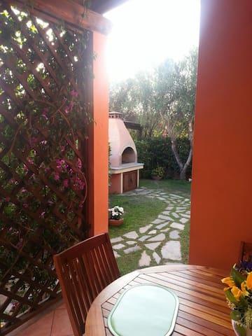 Bilocale con giardino e BBQ - murta Maria - Appartement