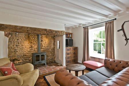 Quaint Norfolk cottage, sleeps 5 - East Rudham - Hus