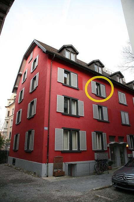 The apartment is on the 3rd floor. The room is marked with the yellow circle.