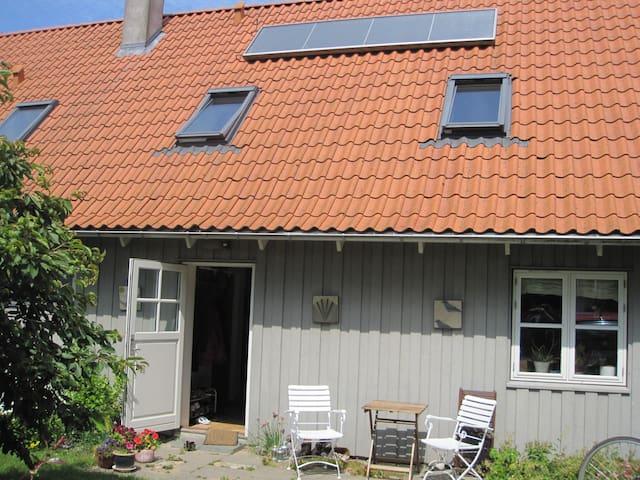 Hyggeligt landhus med have - Knebel - Huis