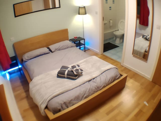 Master Bedroom with Ensuite near Victoria Station