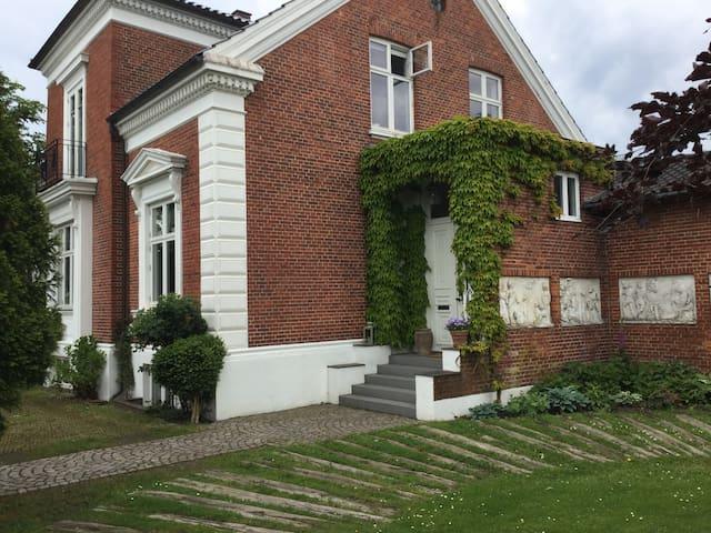Charmerende bolig midt i den hyggelige slotsby