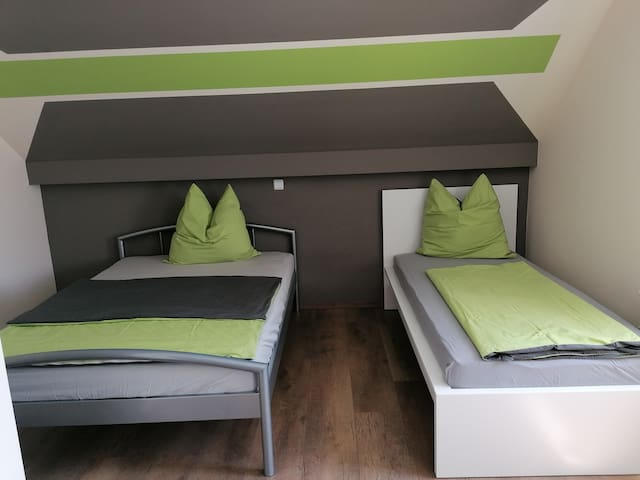 Ein Doppelbett (140 cm) und ein Einzelbett (90 cm)