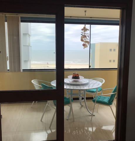 Apartamento de andar inteiro a 2 quadras da praia
