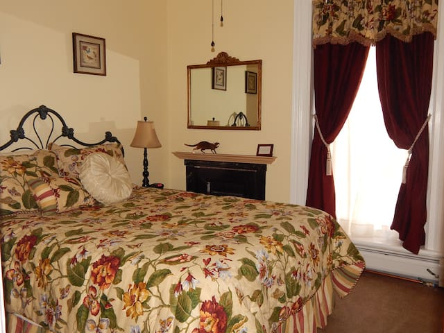 Nanny's Room, queen bed with private detached bath - Erie - Bed & Breakfast