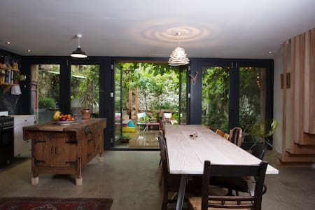A unique, artistic family home - 텐비