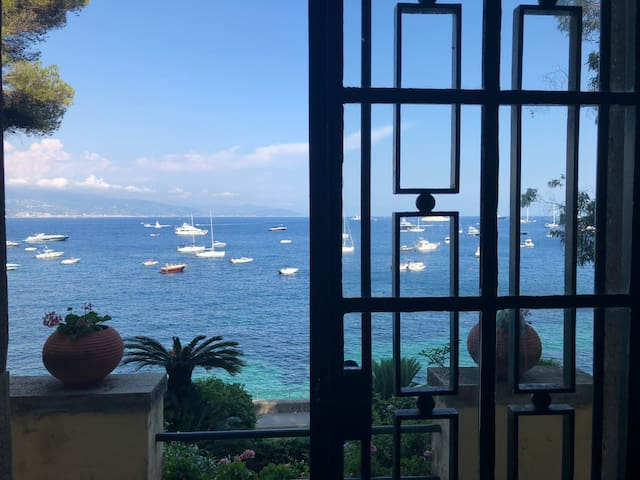 AMAZING Seaside-view garden apartment
