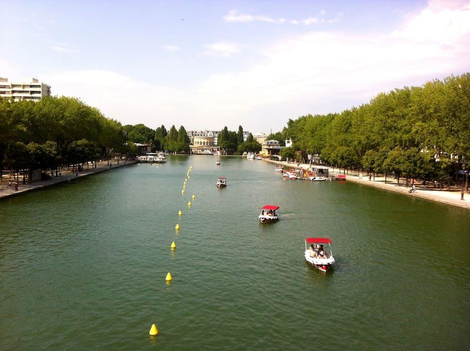 Le Bassin de la Villette à proximité idéal pour les promenades (à pied, à vélo ou ...en bateau électrique sans permis), le jogging ou encore les apéritifs