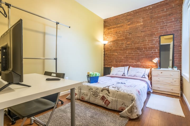 Bright Cozy Bedroom 2 blocks from Light Rail #4