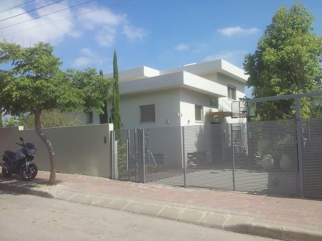 Amir Erman - Rosh Haayin - Huis