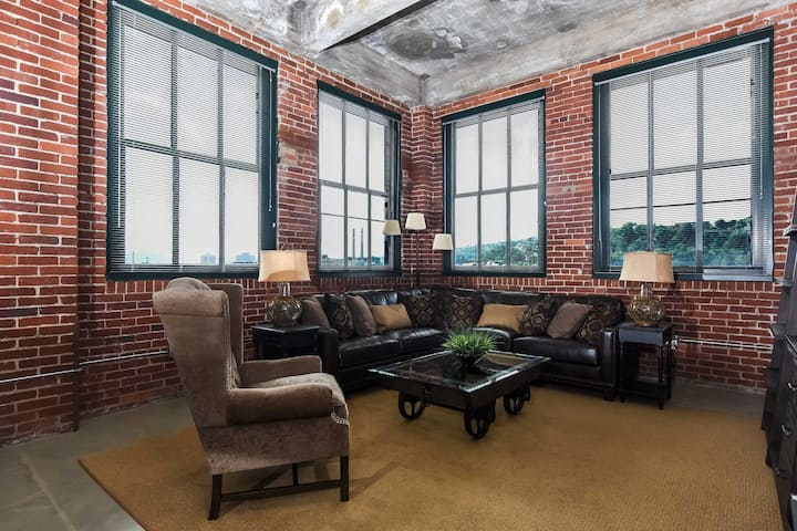 Strip District 3 Bd - AMAZING Views w/ Parking!