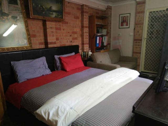 GARAGE BUT CHEAPEST SPACE OVER XMAS - Merrylands - Bed & Breakfast
