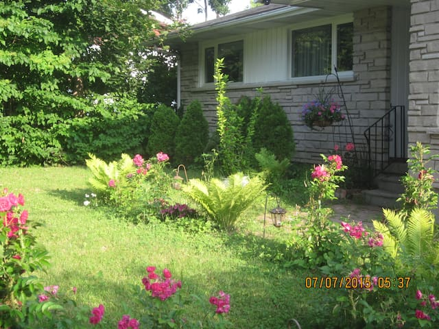Ottawa Bungalow - Great Location - Superb Reviews