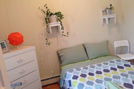 Chambre avec lit double & frigo. - Dom