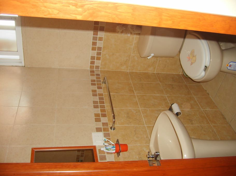 Baño completo y limpio disponible
