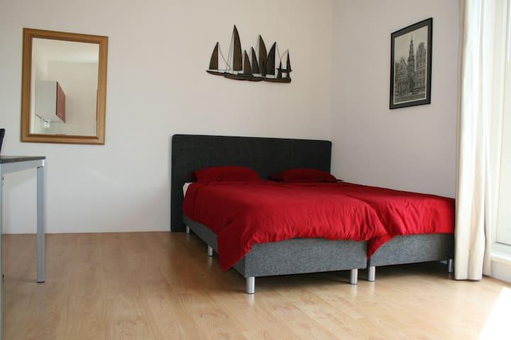 Prive kamer/keuken dakterras, gedeelde badk en wc. - Lelystad - Villa