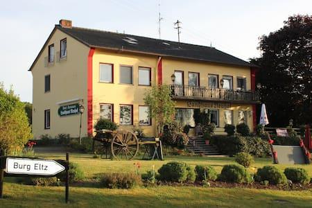 Hotel & FeWo Landhaus Neuhof - Bed & Breakfast